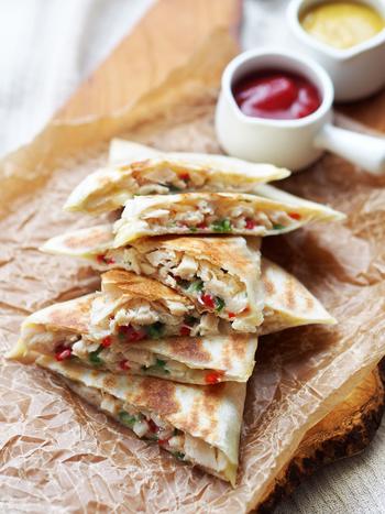 トルティーヤにチーズと蒸し鶏を挟んで焼いたケサディーヤ。パリパリのトルティーヤと溶けたチーズが相性抜群です。蒸し鶏はサラダチキンでも代用できますよ。