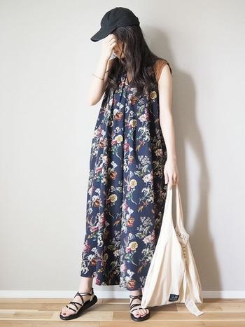 """""""VOYA INFINITY""""を使ったスタイリング。夏らしく華やかなボタニカル柄ワンピースも、華奢なデザインのスポサンを選べばすっきりとした印象で着こなせます。ロングスカートやマキシ丈ワンピースとも相性抜群♪"""