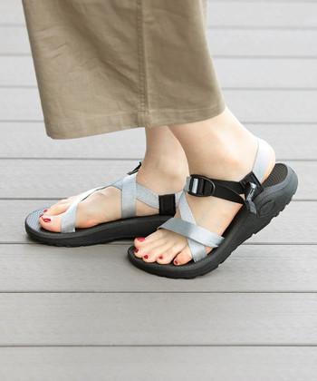 """新作の""""Z1 CLOUD""""は「BEAMS BOY(ビームス ボーイ)」別注のスペシャルアイテム。キラキラしているシルバーの糸で織り上げたテープが特徴的。足の形にフィットする波状ソールでとても心地いい履き心地です。"""