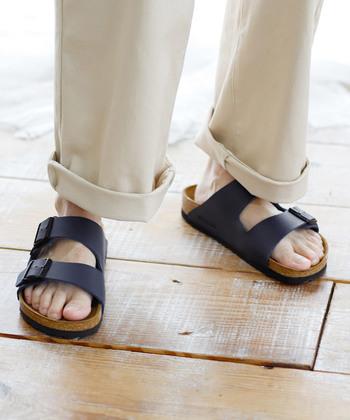 """230年以上の歴史があり、医療の現場でも愛用されている快適性の高い「BIRKENSTOCK」の定番""""ARIZONA""""はオールシーズン活躍できる便利なアイテム。足のアーチにしっかり沿う中敷きのフィット感がとても心地よく、夏のヘビロテアイテムになること間違いなしです。"""