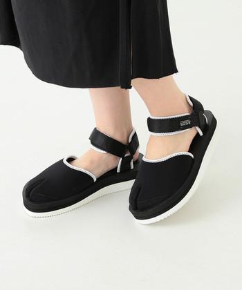 """新作の""""NAG-VPO""""は「SUICOKE」と「Ray BEAMS(レイビームス)」のコラボレーションアイテム。スタイリッシュなモノトーン配色と、足袋のようなデザインが個性的でひときわ目を惹きます。人とかぶらないアイテムが好きな方、スタンダードタイプは既に持っていて2足目を探している方におすすめです。"""