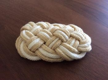 飾り編みのヘアピン。白とベージュの落ち着いたカラーがナチュラルな雰囲気。大人のロングヘアにも似合いそうですね。