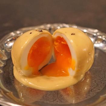 ゴージャスな銀色のお皿に映えるつややかなウフマヨ。アンチョビとマスタードで味付けしたオリジナルマヨネーズとトロッと流れ出る卵の黄身が相性抜群で、ワインが進みます。