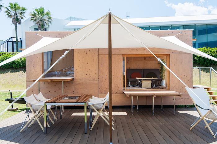 グランピングサイトに建つ客室は、シンプルでスタイリッシュな佇まい。  それもそのはず、こちらのモバイルハウス「住箱-JYUBAKO-」は、世界的建築家・隈研吾氏とsnow peakのコラボレーションによって生まれた空間。実はトレーラーハウスなのですが、一切その雰囲気を感じさせない、高いデザイン性と機能性を十分に堪能できる贅沢な施設になっています。