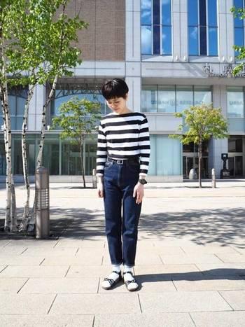 ビルケンなどのコンフォートサンダルは靴下も組み合わせやすいのが楽しい。ボーダーに合わせて、靴下とサンダルも白黒。小粋なパリジェンヌのようなスタイル。