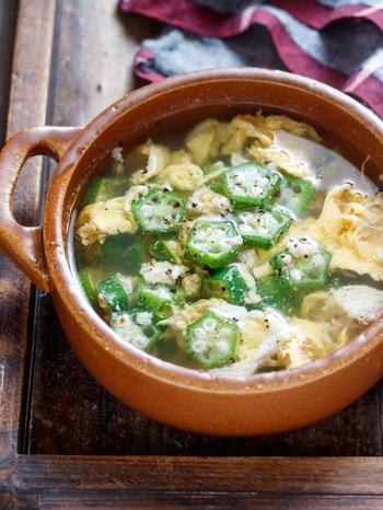 とろみが美味しいかき玉スープですが、オクラを入れれば、オクラのネバネバ効果で、とろみつけ不要に。片栗粉いらずの、簡単に手早く作れる、やさしい味わいのスープは、お夜食にも良さそう。