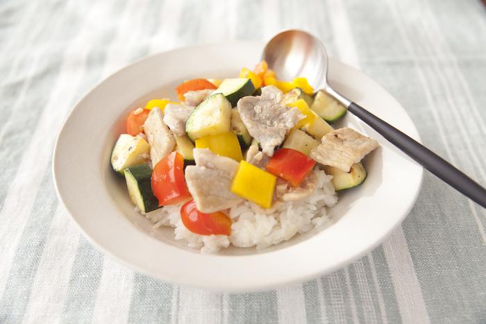 夏野菜と豚肉を使ったボリューミーな和風ワンプレーごはん。豚肉は、塩麹に漬け、一枚ずつ広げて焼くことでやわらかな仕上がりに。大きめにカットした野菜も食べ応え満点です。