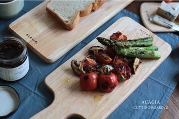 カッティングボードは、まな板やお皿としてマルチに使える便利なアイテム。ACACIAの「ラウンドボード」は、木目が美しいラバーウッド製で、使うほどに風合いが増していきます。