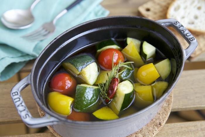 えびやマッシュルームでお馴染みのアヒージョですが、夏野菜たっぷりでつくると新鮮♪プチトマトは丸ごと、その他もゴロッとカットするのがポイントです。バゲットと共におしゃれに頂きましょう。