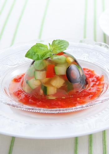 カラフルな夏野菜を透明なジュレに閉じ込めた見た目にも華やかなひと皿。盛り付けに真っ赤なトマトソースを敷いて、夏のおしゃれディナーにいかがでしょうか?