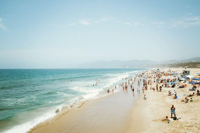 夏の海岸線沿いにはずらっと人が群がり、日光浴を楽しみます。こんがりと焼けた肌を自慢し合う姿も北欧では夏の風物詩ですよ。