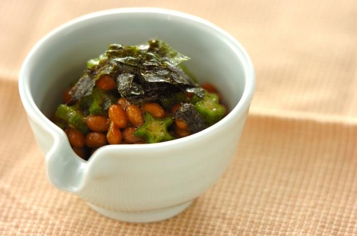 納豆のアレンジレシピで人気のオクラ納豆。シャキシャキシャキとした生のオクラとネバネバの納豆との食感も◎。オクラは生のままでOKなのも忙しい朝に嬉しいかも。