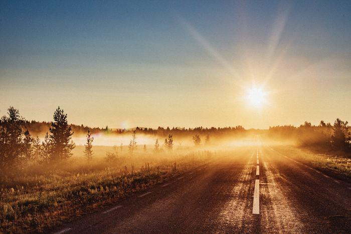 「白夜(びゃくや)」とは、真夜中になっても太陽が沈まず、明るいもしくは薄明るい現象のことです。日本に住んでいると経験できず、北欧諸国や北極圏、南極圏で見られます。冬に日照時間が短い分、夏は太陽をずっと感じることができるのです。