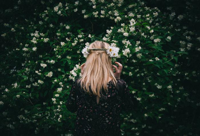 夏至祭では多くの人々が、花かんむりを頭に飾っている姿をよく見かけます。これは古くから伝わる伝統で、「夏至祭の夜に7種の花を摘み枕元に置いて寝ると、将来の結婚相手に夢で会える」との言い伝えからです。そんな言い伝えから始まった花かんむりも、夏至祭の風物詩です。