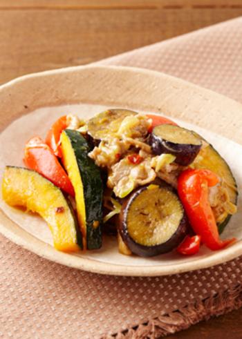 豚肉と夏野菜を辛味噌で炒めた、ごはんが進むおかずレシピ。すりおろしの生姜とごま油の香りが食欲をそそります。