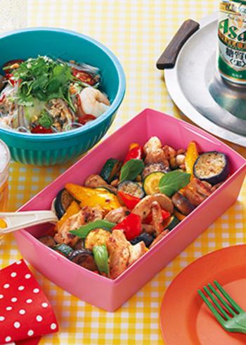旬の夏野菜と鶏肉を、ナンプラーと砂糖で甘辛く味付けしたエスニックな炒め物。カラフルな色合いがテーブルを明るくしてくれますね。