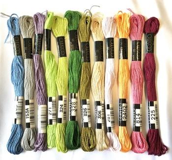 組紐には、一般的に正絹のレース糸などを使いますが、日常の小物などであれば綿の刺繍糸でもOKです。いろんな色をそろえると組紐作りがより楽しめますね。