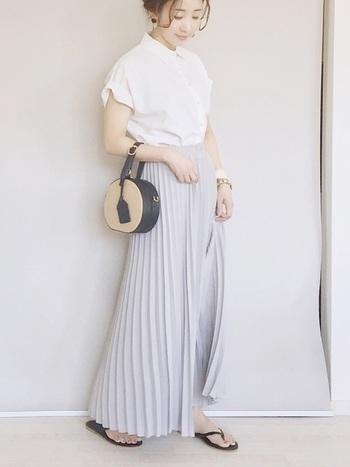 ブルーとグレーが溶け合ったような絶妙カラーのプリーツスカートは、とってもレディな雰囲気。あえてトングサンダルを合わせ、きちんとコーデの中にリラックス感を演出。靴を変えるだけでONコーデにもなる便利コーデです。