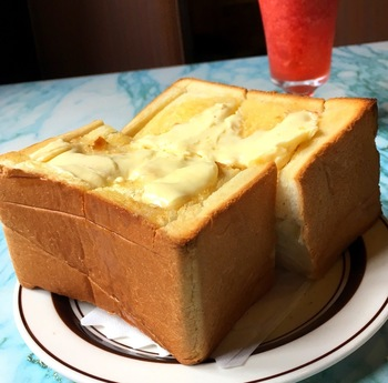 10センチ近くはあると思われる、大迫力の極厚トースト。バターはたっぷりと塗られ、切れ目から中に染み込んでいます。耳はパリパリ、中はふわっふわなので、ボリューミーですがペロリと食べられちゃいますよ♪
