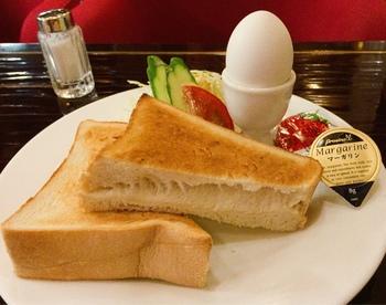 厚切りトーストにゆで卵とサラダがついた王道スタイルのモーニング。パンは厚さ約3.5センチ。その断面からも、もっちりふわふわとしたおいしさが伝わってきます。マーガリンとジャムをたっぷりつけていただきましょう。