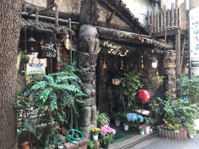 神保町駅を出てすぐのところにある「さぼうる」。山小屋のような造りのお店の入口にはなぜかトーテムポールが。摩訶不思議な魅力あふれる人気の老舗喫茶店です。
