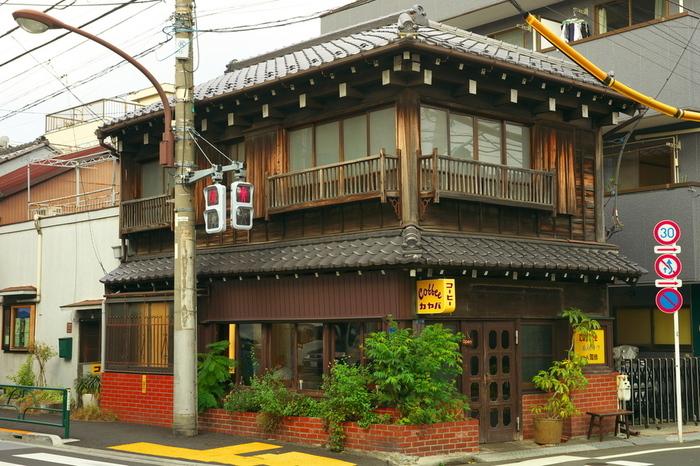 日暮里駅から歩いて10分の「カヤバ珈琲」。大正5年に建てられた古民家をリノベーションしたという、レトロな建物が目を引きます。昔ながらの温かい雰囲気と味が人気で、地元の人や観光客に愛される名店です。