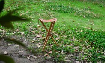 NORMARK(ノーマーク)のハンティングチェアは、天然革の座面×木製の脚のナチュラルな風合いと、洗練されたデザインが魅力的。