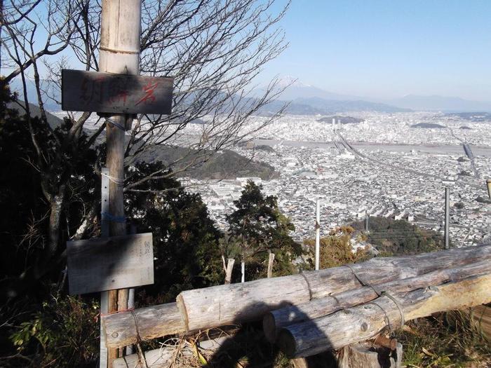静岡県静岡市駿河区の海側に近い低山地帯に朝鮮岩と呼ばれる眺望スポットがあります。登山口から朝鮮岩までは山道となりますが、よく整備された緩やかな登山道となっているため、ハイキング初心者でも安心して登ることができます。