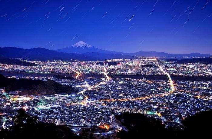 朝鮮岩は、夜景スポットとしてとても人気があります。藍色の夜空を背景に、市街地には無数の灯りが煌めき、眼前に広がる風景は、藍色のベルベッドに宝石を散りばめたかのようです。