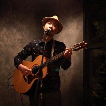 ライブハウスやカフェ、新宿ゴールデン街のバーでの投げ銭ライブなど、全国津々浦々で歌い続けてきたシンガーソングライター、中村翔。ほっと息をつける温かい歌声、深く、奥行きのあるギターの音色が持ち味です。