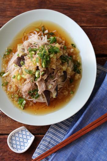 レンジで包み蒸しにした豚肉と茄子ののっけそうめん。食欲そそるたっぷりの中華風のたれでいただきます。