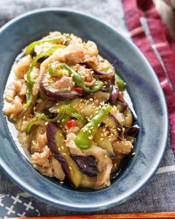 フライパンに材料を重ねて蓋をし、火にかけたら放置で出来上がり。野菜の上に肉を重ねるので、重ね蒸ししている間にお肉の旨味がお野菜に移りおいしくなります。