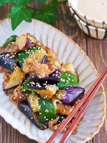 フライパンで、豚バラ→なす→ピーマンの順に炒め、味噌だれを絡めるだけ。甘辛い味付けなので白いご飯がすすみます。