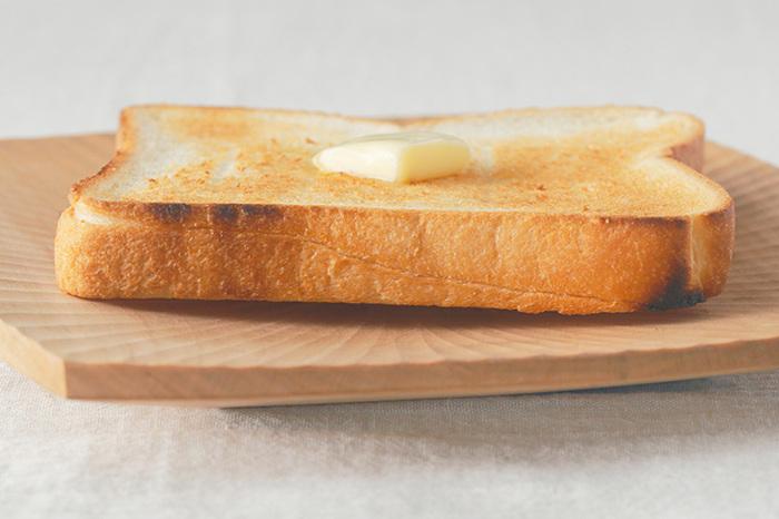 個のお皿は中央が少しくぼんでいるから、上手に蒸気を逃がすことができます。焼きたてのパンの美味しさを長持ちさせてくれる訳です。合わせて無垢の木が蒸気を吸ってくれて、器に水滴が付きにくい。