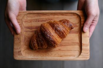 こちらもリベイクしたパンを美味しくいただくためのお皿です。形状無垢のケヤキがパンから出る蒸気を適度に吸って、美味しさを長持ちさせてくれます。