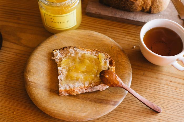 みなさんは、パンを美味しく食べるために何か工夫をしていますか?切れ味抜群のパン切り包丁や、食パンをカリッと美味しく焼く道具。こだわりがギュッと詰まったとっておきのジャム。いつものパンも、ちょとした工夫でより美味しく食べることが出来るんです。 そこで、パンにまつわるおすすめアイテムをご紹介するので、お気に入りをそろえてちょっぴり贅沢な朝ごはんを楽しんでみてはいかがでしょうか♪
