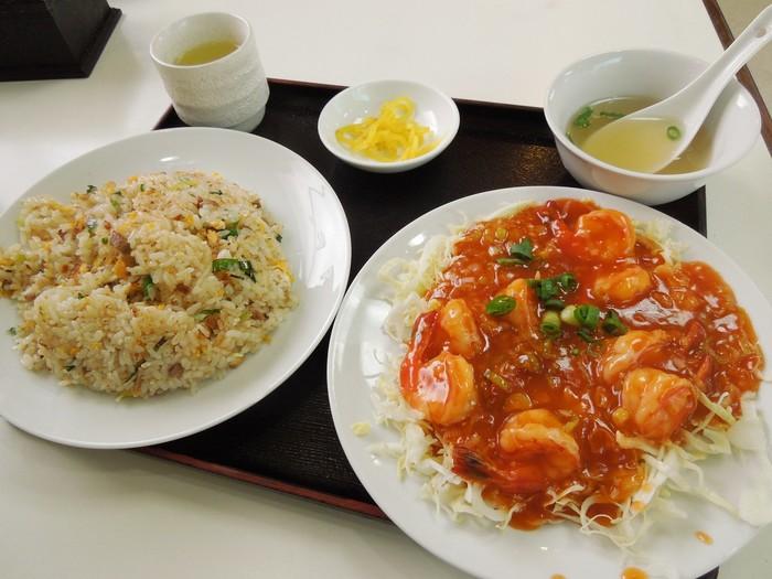 えびのケチャップ煮定食は、ピリ辛で甘みと酸味もバランス良く胡麻油の香ばしい風味がします。ボリュームたっぷりなのにお値段はリーズナブルで、地元の方に愛されている中華料理店です。