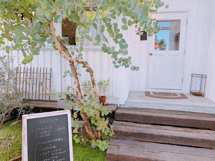 白を基調としたフレンチカントリー調の店構えがステキなカフェ「Skip(スキップ)」。一階がカフェレストラン、2階が雑貨スペースという造りになっています。水、木、金、土曜日にオープン。