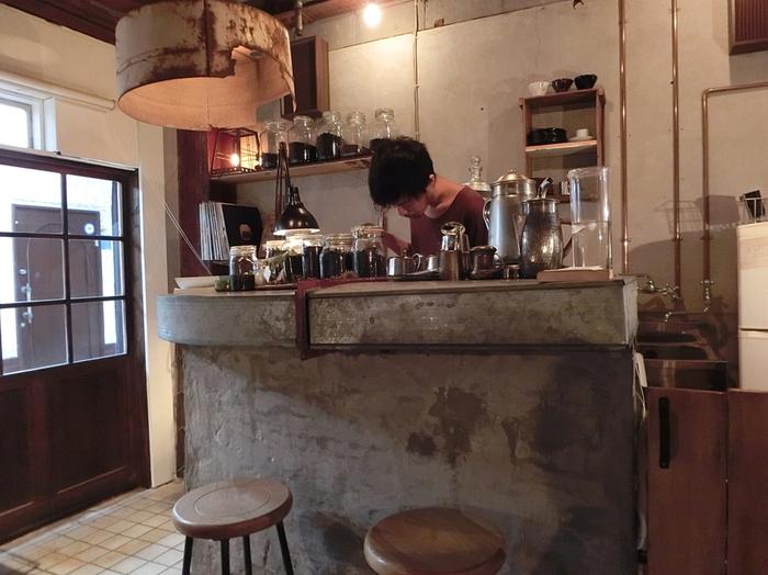コンクリートの無機質な質感がかっこいい店内には、コーヒーの焙煎機の音と珈琲豆のいい香りが充満しています。落ち着いた空間で味わう店主こだわりのコーヒーは、お気に入りの本でも読みながらじっくり楽しみたい。