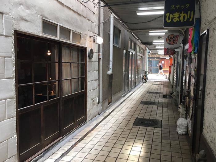 2人組音楽ユニット「cijima(シジマ)」のギタリスト・小西泰寛さんが2015年11月、岡山市内の商店街の一角にオープンした珈琲店「Konishi Koffee」。ひっそりと佇む隠れ家的な珈琲店。