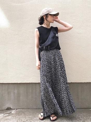 マキシ丈スカートでブラックコーデを作る時は、黒の無地より黒ベースの柄物を選ぶのがおすすめ。重たくなりがちなロングスカートコーデを、すっきりとした印象に見せてくれます。ふわりと風に舞うスカートのシルエットを存分に楽しんで♪