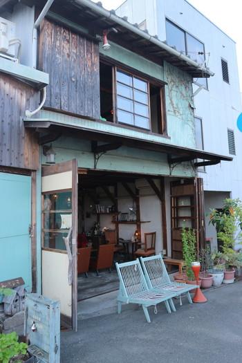 旭川に掛かる鶴見橋のほとりに佇むカフェ。古い農機具倉庫をリノベートしたその佇まいはレトロで落ち着いた雰囲気。店名の「moyau (舫う) 」とは、船と船を繋ぎ合わせるという意味があるそうです。