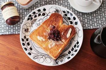 スチームがパンの表面を覆い、焼き上がりは中ふっくら、外はカリッとした食感のトーストを焼くことができます。パンの種類によってモードを変えられるなど、美味しくパンを焼くための工夫が詰まっています。