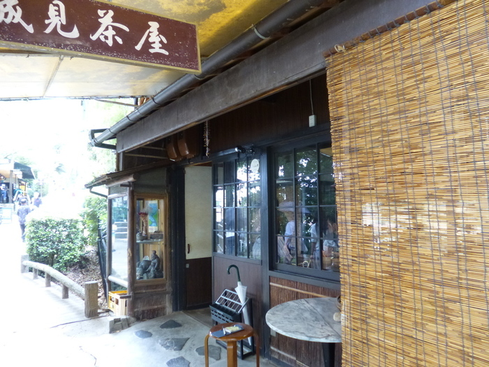 日本三名園として知られる「岡山後楽園」内にある「城見茶屋(しろみぢゃや)」。創業以来、後楽園を訪れる人々に愛されて来たうどんや、季節によって牡蠣や穴子料理を楽むことができます。