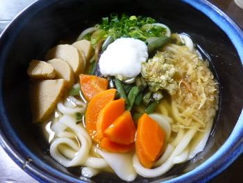 こちらは、倉敷市真備町の名産品である筍が入った「真備筍うどん」。広島産のカキがたっぷり入った「牡蠣うどん」も人気です。