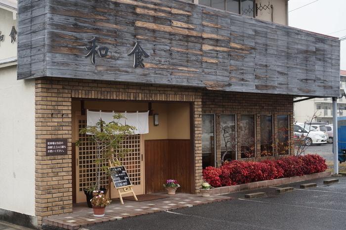 本格的な和食が楽しめる小料理屋さん「和食にしざき」。和食というと少し敷居が高い気がしますが、和風モダンな雰囲気で入りやすく、明るい雰囲気ですね。