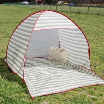 ボーダー柄が爽やかなZELT coast(ツェルトコースト)は、袋から出してひねるだけのワンタッチ式の簡易テントです。軽量で丈夫なグラスファイバー製のフレーム使用なので気軽に持ち運べ、テントを押さえるペグ付きなので風が強い日も安心です。