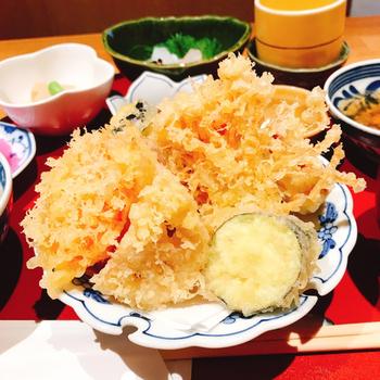 ランチはボリュームたっぷりの定食が人気。こちらは揚げたてサクサクの海老、茄子、玉葱、サツマイモ、オクラ等の天ぷらが楽しめる「天ぷら定食」。刺身の盛り合わせと茶碗蒸しも付いていてお得なセットです。