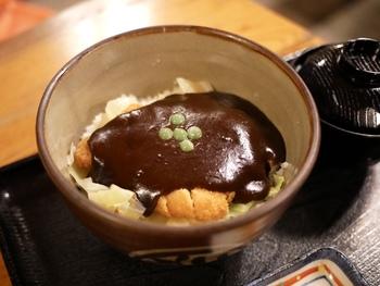 デミカツ丼はご飯の上にキャベツとカツを乗せ、その上からたっぷりのドミグラスソースをかけたもので、濃厚なご飯がすすむ味。岡山を訪れたらぜひ食べてみたいご当地グルメです。