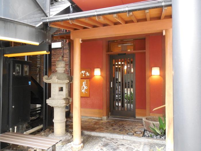 岡山市のご当地グルメの1つ「デミグラスソースカツ丼」発祥のお店。昭和6年創業の「味司 野村」は、どっしりとした和風の店構えが高級感ある佇まいです。店内は普通にカジュアルなので入りやすい雰囲気。